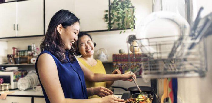 料理をしている2人組の女性